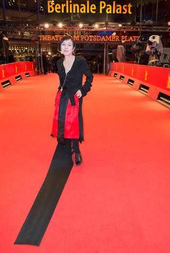 2月に行われたベルリン国際映画祭のレッドカーペットに登場した桃井かおり(よしもとクリエイティブ・エージェンシー提供)