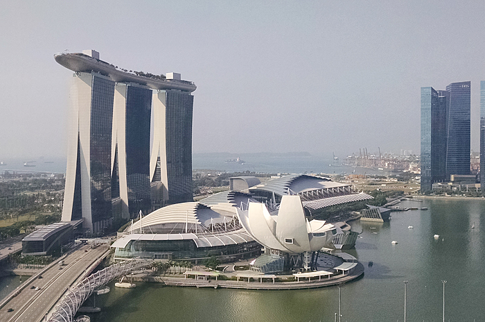 ホテルやショッピング施設、展示会場などさまざまな設備を兼ね備え、シンガポールのランドマークともなっている高級ホテル、マリーナ・ベイ・サンズ