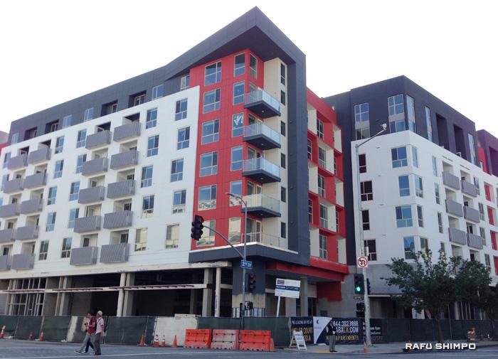 家賃の上昇とともにLA各地では新築アパートの建設ラッシュが続いている。写真は小東京で建設中のアパート