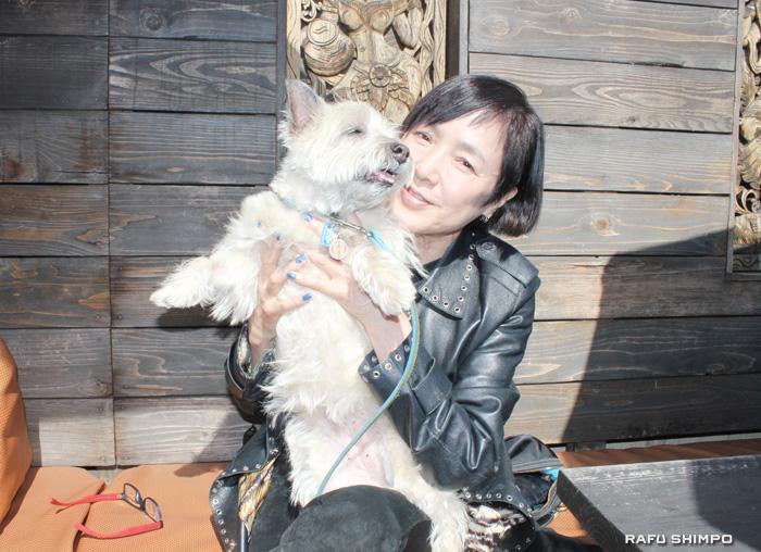 愛犬のおそでちゃんと一緒に散歩をするのがLAでの過ごし方と話す桃井かおり(写真=吉田純子)