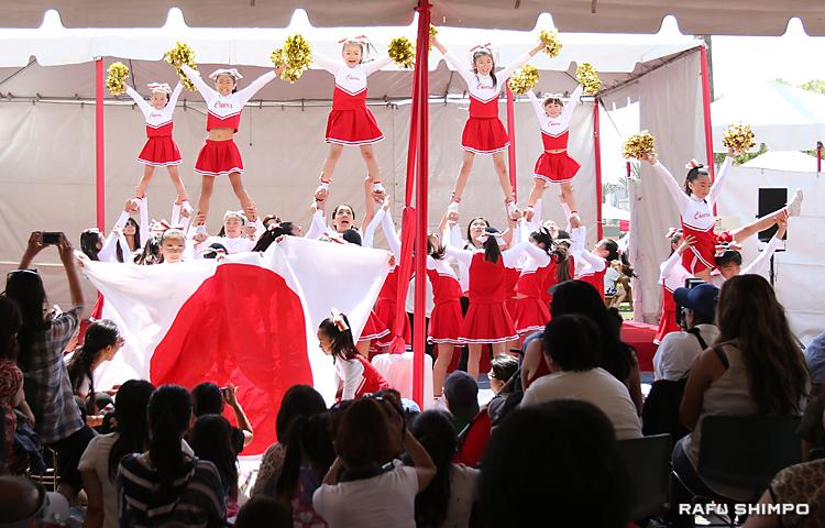 日系のチアリーダーズによる華やかな演技