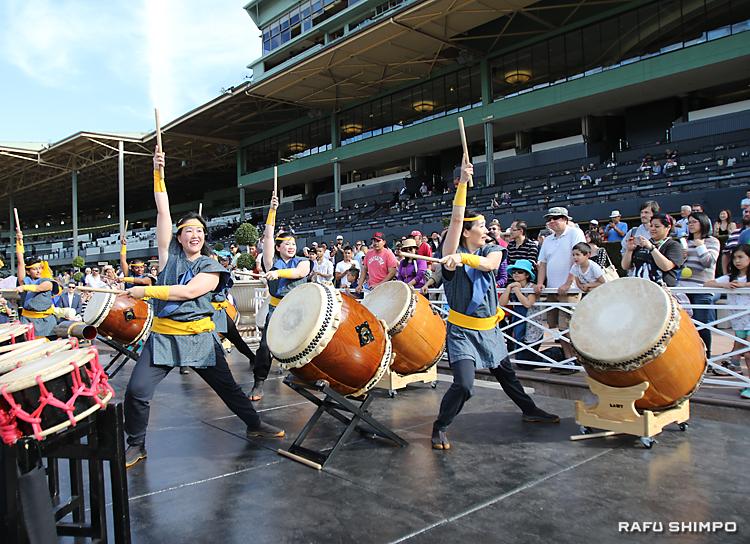 力強い演奏を披露し、大きな拍手を受けたLA祭太鼓