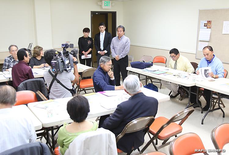 羅府新報の経営で現状を説明する駒井社長(奥中央)