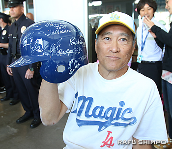 前田のサインが入ったヘルメットを披露するファンのクレイグ・ワタナベさん