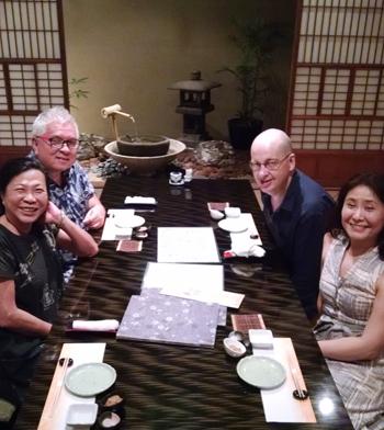 タトル出版CEOのエリック・ウィー氏(左奥)と隣がクリスチーナ夫人、最近タトル出版で日本の新版画を使ったぬりえの本を出版した作者アンドリュー・ヴァイガーさん(右奥)と伊藤実佐子さん