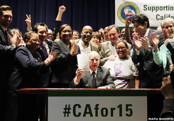 カリフォルニア州の最低賃金の引き上げ法案に署名したジェリー・ブラウン知事=4日、ロサンゼルス