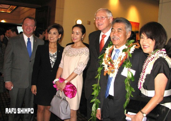 From left: L.A. County Sheriff Jim McDonnell; Assemblymember Young Kim; Christine and L.A. County Supervisor Mike Antonovich; Hawaii Gov. David Ige and his wife Dawn. (J.K. YAMAMOTO/Rafu Shimpo)