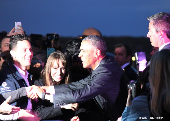 ロサンゼルスに到着し、出迎えたLA市民からの歓迎を受けるオバマ大統領(中央)=9日