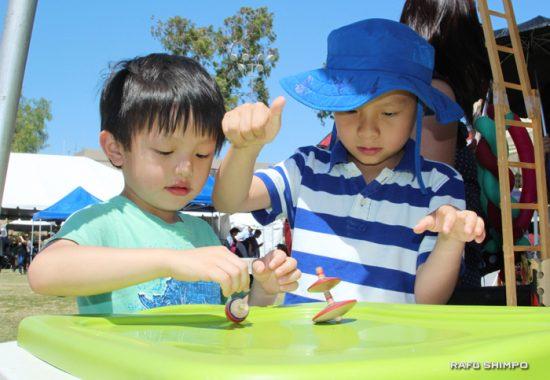 日本伝統のこまで遊ぶ子どもたち