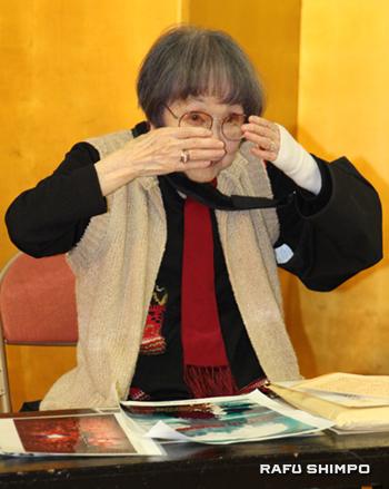 原爆が投下された時の様子を表現する据石和さん