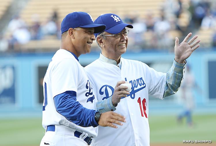 ロバーツ監督(左)とともにファンの声援に手を振って応える翁長知事