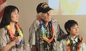 真珠湾で開かれた式典に参加した米退役兵(中央)とさとし(右)