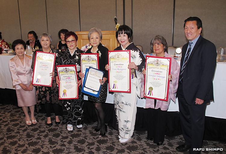 ウイメン・オブ・ザ・イヤーの表彰式。左から山口・南加日系婦人会会長、エンドウさん、筋師さん、川口さん、芥川さん、トクナガさん、キタJACL・LA支部長