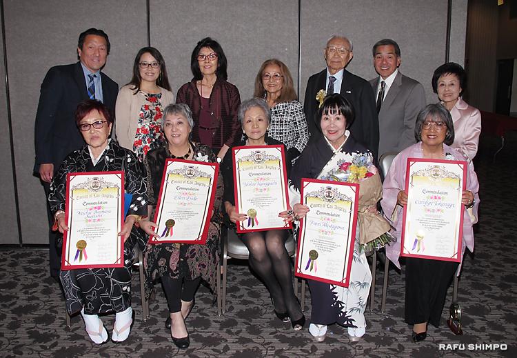 ウイメン・オブ・ザ・イヤー賞の表彰を受けた前列左から筋師さん、エンドウさん、川口さん、芥川さん、トクナガさん