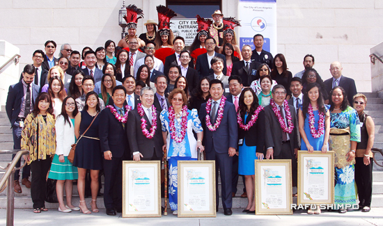 "Honorees, their families and colleagues, and city officials at the City Hall celebration. Wearing leis, from left: Board of Public Works Commissioner Joel Jacinto, honorees Raymond Chan and Estella ""Nonosina"" Reid, City Councilmember David Ryu, honorees Debra Fong and Mark Masaoka of A3PCON and Nanxi Liu. (MARIO G. REYES/Rafu Shimpo)"