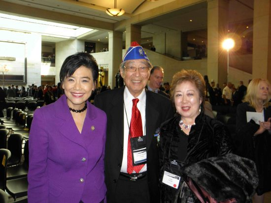 Miya Iwataki (right) with her father, 442nd RCT veteran Kuwashi Edward Iwataki, and Rep. Judy Chu at the Congressional Gold Medal ceremony in Washington, D.C. in 2011. (J.K. YAMAMOTO/Rafu Shimpo)