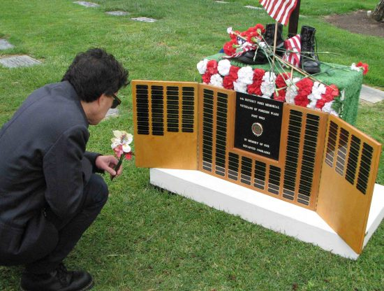 An offering at last year's Memorial Day ceremony. (J.K. YAMAMOTO/Rafu Shimpo)