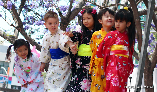 Kids from the Nishihongwanji Child Development Center performed Japanese dances. (JORDAN IKEDA/Rafu Shimpo)