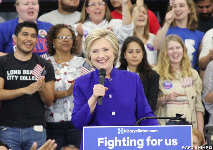 民主党の指名候補を確実にし、支援者を前に演説するクリントン氏=6日、ロングビーチ