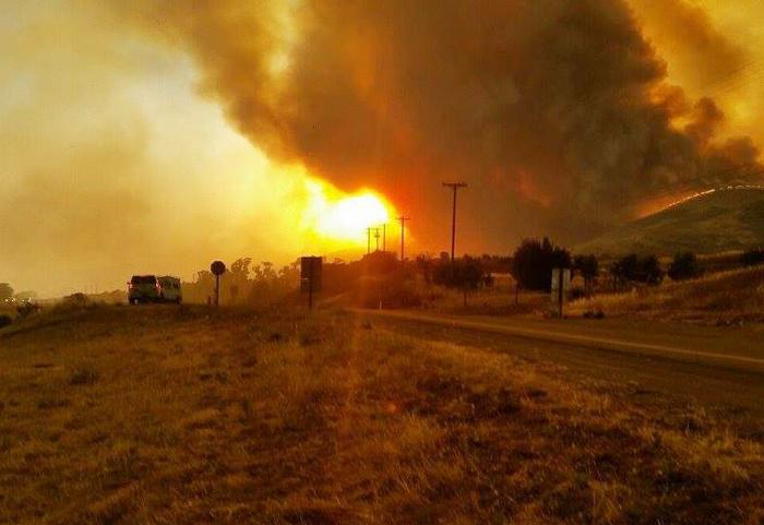 これまでに8千エーカーが燃焼し、今も燃え続けているサンタバーバラ郡の山火事(同郡消防局より)