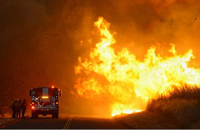 これまでに4千エーカーが焼失し、今も火の手が拡大しているサンタバーバラ郡の山火事(同郡消防局より)