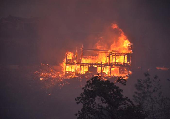カーン郡で発生した山火事で炎に巻き込まれた住宅
