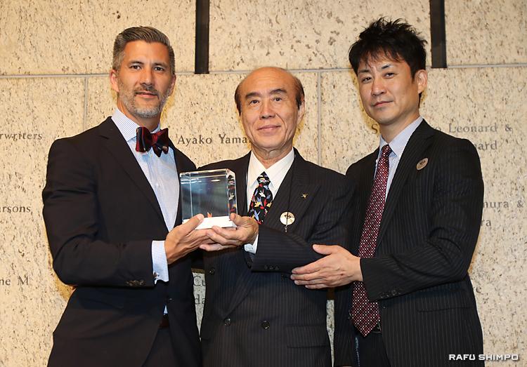 全米日系人博物館で開かれた禎子さんの折り鶴の贈呈式。佐々木雅弘さん(中央)と祐滋さん(右)からキムラ館長(左)に手渡された