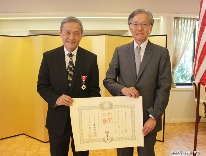 堀之内総領事(右)から勲章と賞状を伝達されたニシオ氏