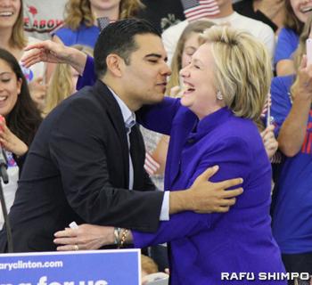 ロングビーチ市のロバート・ガルシア市長(左)から歓迎を受けるクリントン氏