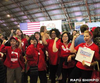 サンタモニカで行われた集会で投票結果を待ちながらサンダース氏を応援する支援者たち