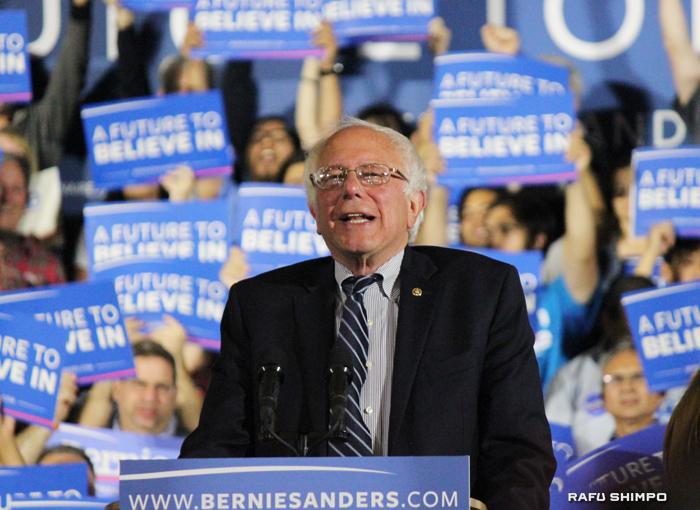 7日にサンタモニカで行われた集会で選挙戦を続ける意向を示したサンダース氏