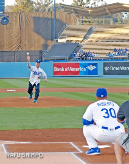 Okinawa Gov. Takeshi Onaga throws the first pitch to Dodgers manager Dave Roberts at the start of the May 11 game against the New York Mets. A large contingent from the Okinawa Association of America was on hand to cheer on the governor as well as Roberts, who was born in Okinawa and was honored with a bobblehead doll that night.