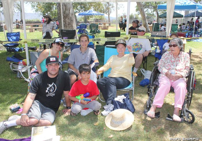 家族でピクニックに参加していたミツ・クロウさん(右から2人目)一家。母のハルミさん(右端)が沖縄県出身