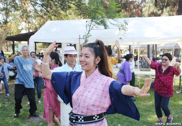 琉球民謡の音色に合わせて盆踊りを楽しむメンバー