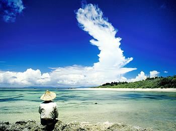 波照間島で眺める島民。沖縄の人々は、古来かから海のかなたの世界「ニライカナイ」を夢見て頑張ってきた
