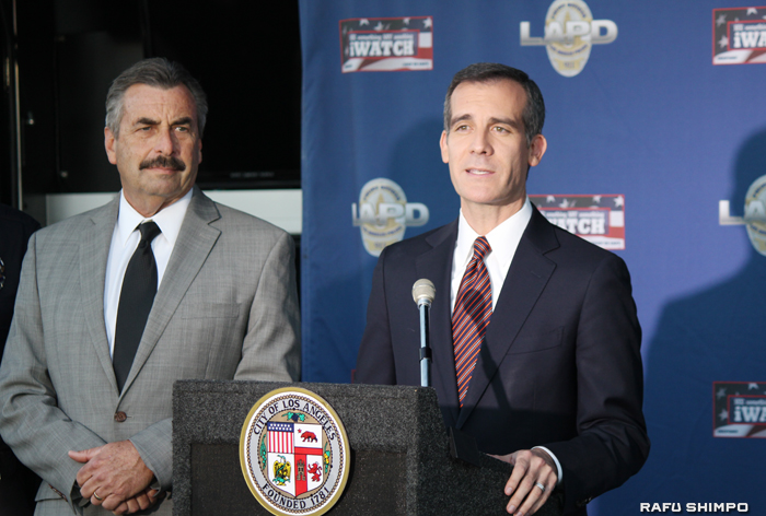LA市の防犯対策について話すガーセッティー市長(右)とLAPDのチャーリー・ベック本部長