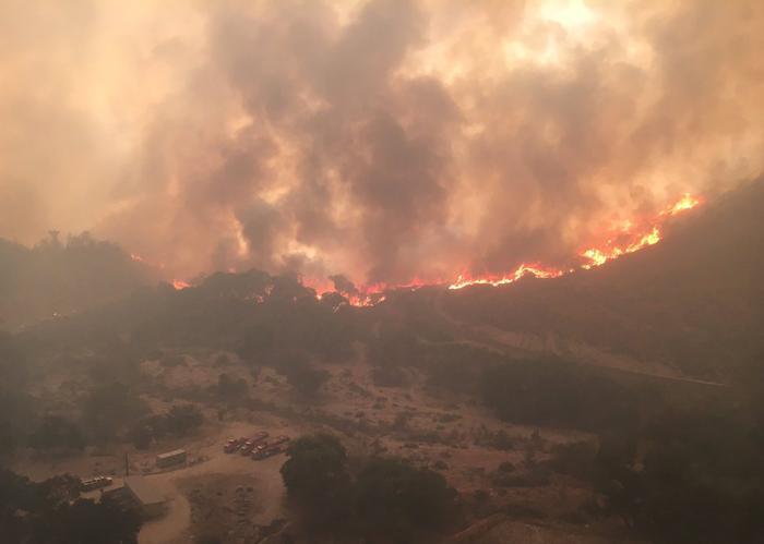 サンタクラリタで続いている山火事の様子