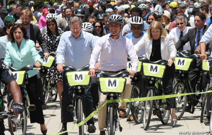 自転車レンタルプログラムが開始されセレモニーが行われたグランドパークからユニオン駅に向かって自転車を走行するガーセッティー市長