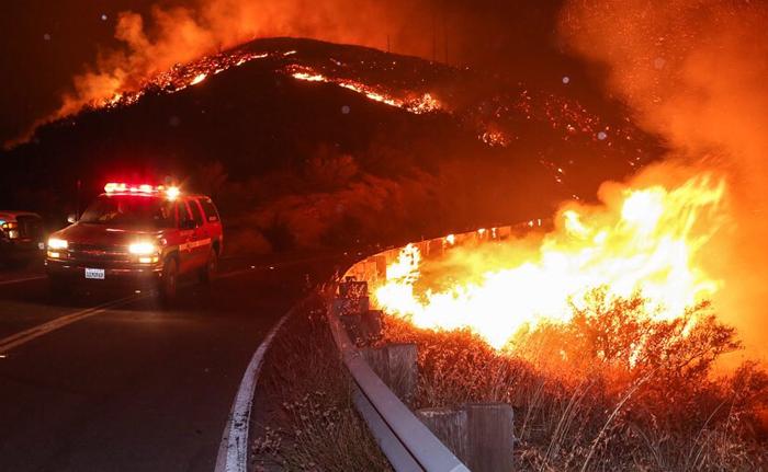 火の手が拡大しているサンタクラリタの山火事の様子=23日(LA郡消防局より)
