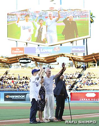 大型スクリーンに映し出され、観衆の声援に手を振って応える千葉総領事(左端)らジャパンハウス関係者