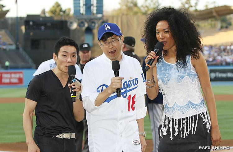試合開始を告げるセレモニーで「It's Time For Dodgers Baseball」と、声を合わせる(左から)蛯名健一、千葉総領事、ジュディス・ヒル
