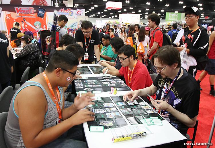 対戦形式のトレーディングカードゲームに興じる参加者