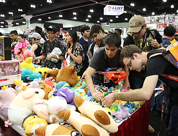 アニメやゲームのキャラクターの人形を販売するブースは人気を呼んだ