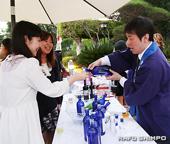 大和酒造のブースで試飲する参加者