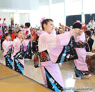 「ソーラン祭り節」を踊る花柳禄福美社中