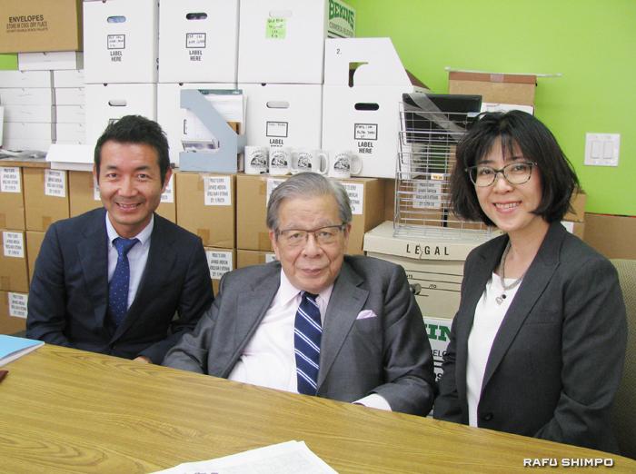 羅府新報を訪問した玉井義臣あしなが育英会会長(中央)、岡崎祐吉さん(左)、田上菜奈さん
