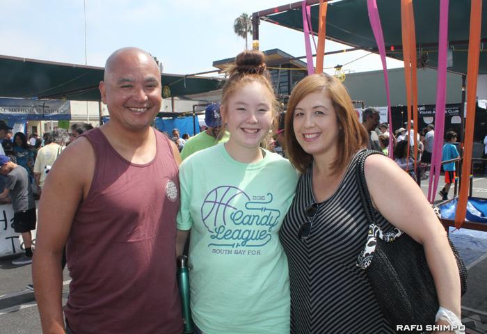 初めて同センターの夏祭りに参加し親子の休日を楽しんだキャロリン・ヌマタさん(右から)と娘のギャビーさん、夫のホゼさん