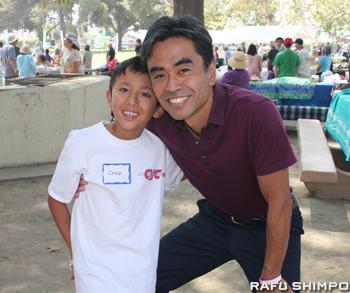 息子のクルズ君とともにピクニックに参加していたウエストコビナ市のジェームズ・トウマ市長。同市長は沖縄県出身で同県人会のメンバー