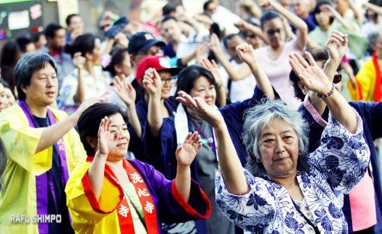 Dancers at last year's Higashi Honganji Bon Odori. (MARIO G. REYES/Rafu Shimpo)