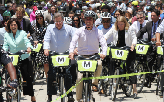Los Angeles Mayor Eric Garcetti and other Metro board members kicked off the bike-share program by riding from Grand Park to Union Station. (JUNKO YOSHIDA/Rafu Shimpo)
